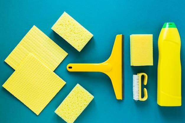 Arranjo da vista superior com produtos de limpeza amarelos