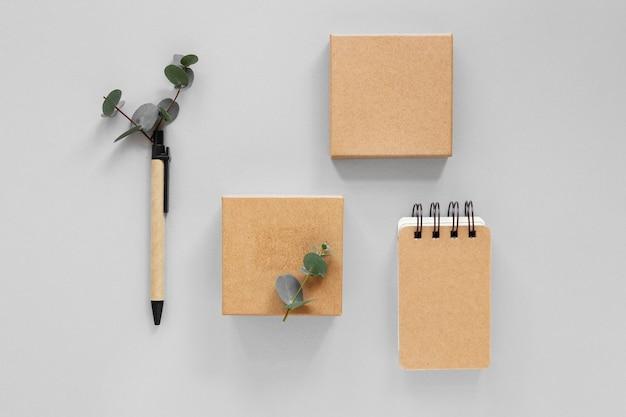 Arranjo da vista superior de papel de carta de material natural