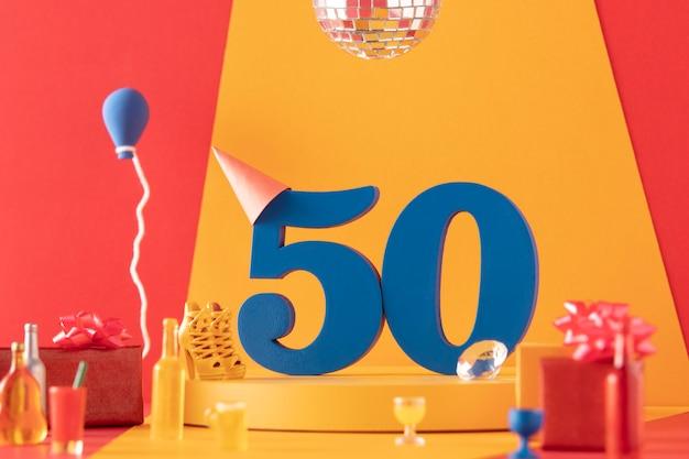 Arranjo de 50 anos com decorações festivas