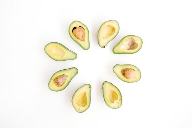 Arranjo de abacate cru fatiado. conceito de comida criativa