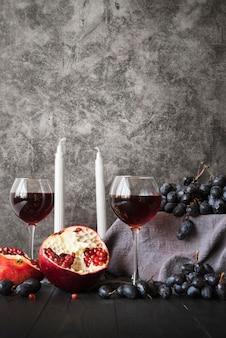Arranjo de ação de graças com taças de vinho