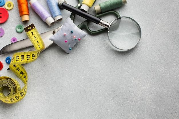 Arranjo de acessórios coloridos para costura plana leigos