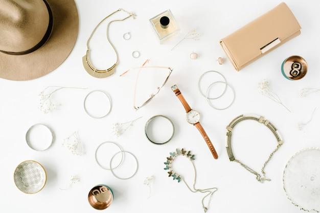Arranjo de acessórios de moda feminina em branco