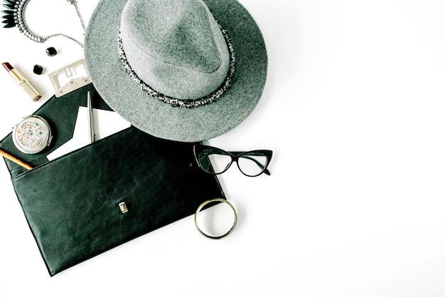 Arranjo de acessórios femininos de beleza com chapéu, bolsa, óculos, batom e colar