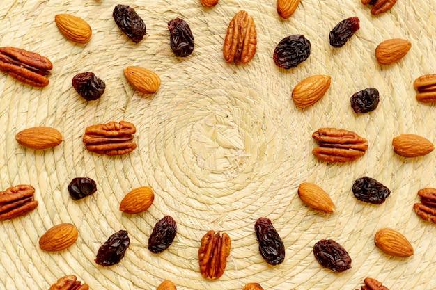 Arranjo de alimentos de frutas secas e nozes