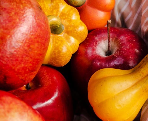 Arranjo de alto ângulo com abóboras e maçãs