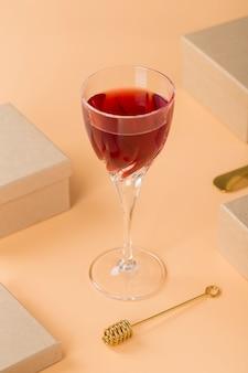 Arranjo de alto ângulo com bebida vermelha