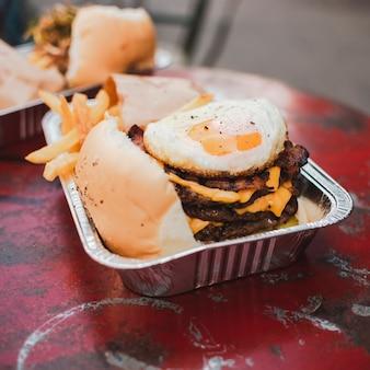 Arranjo de alto ângulo com cheeseburger e batata frita