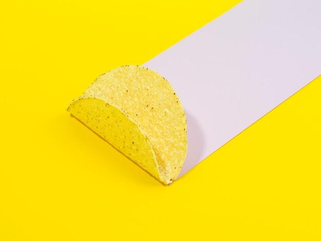 Arranjo de alto ângulo com chips de taco