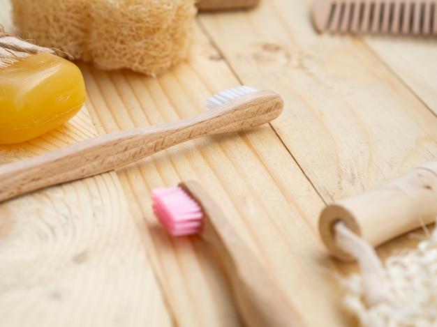 Arranjo de alto ângulo com escovas em fundo de madeira