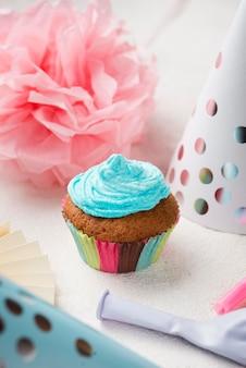 Arranjo de alto ângulo com esmalte azul no muffin