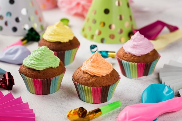 Arranjo de alto ângulo com esmalte colorido em bolos