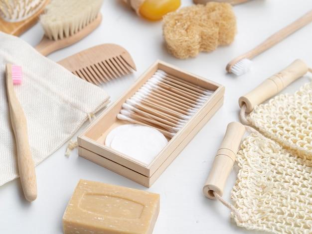 Arranjo de alto ângulo com sabão, esponja e escovas