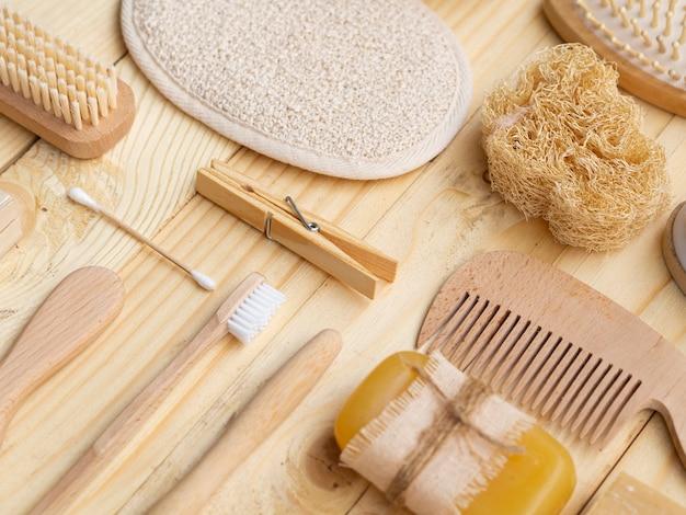 Arranjo de alto ângulo com sabão, esponja e produtos de madeira