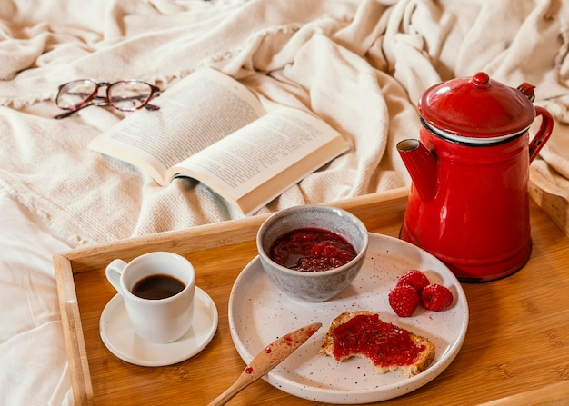 Arranjo de alto ângulo com saboroso café da manhã