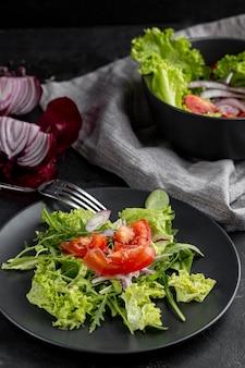 Arranjo de alto ângulo com saladas