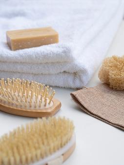 Arranjo de alto ângulo com toalhas e escovas