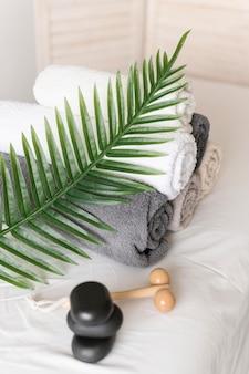 Arranjo de alto ângulo com toalhas