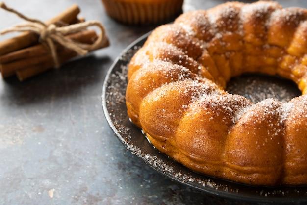 Arranjo de alto ângulo com torta deliciosa e paus de canela