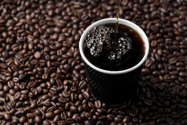 Arranjo de alto ângulo com xícara de café preto