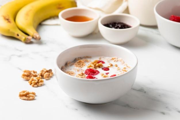 Arranjo de alto ângulo de cereais e ingredientes saudáveis