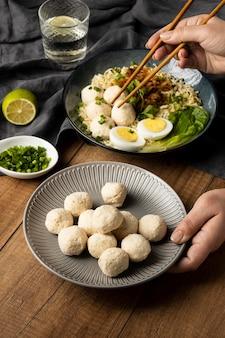 Arranjo de alto ângulo de delicioso bakso indonésio