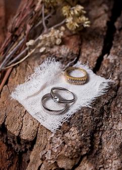 Arranjo de anéis de casamento de alto ângulo