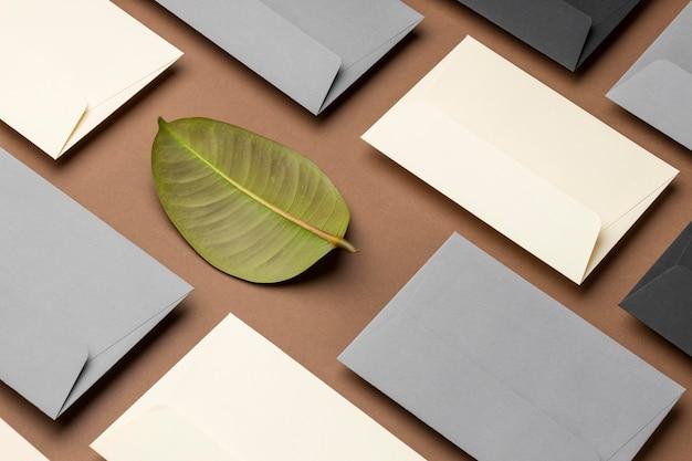 Arranjo de ângulo alto com elementos de papelaria em marrom