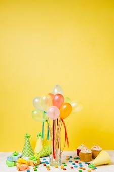 Arranjo de aniversário com balões coloridos