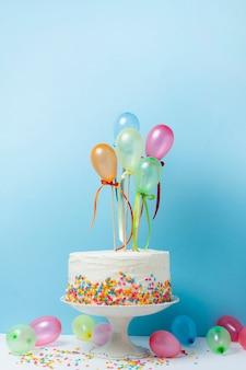 Arranjo de aniversário com bolo delicioso