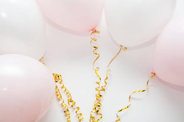 Arranjo de balões com fitas douradas