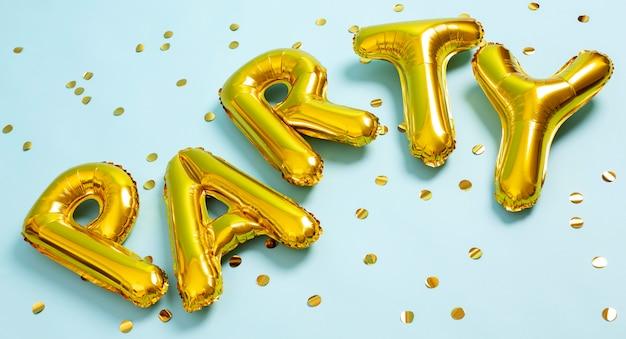 Arranjo de balões de festa em ângulo alto