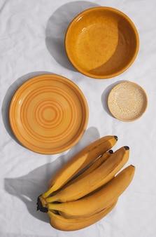 Arranjo de bananas plano com pratos