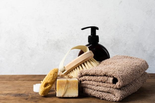Arranjo de banho com toalhas e escova
