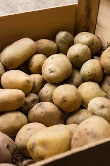 Arranjo de batatas de alto ângulo em caixa