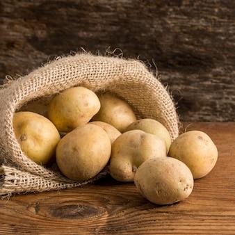 Arranjo de batatas em saco de lona