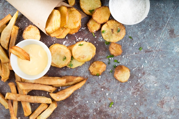 Arranjo de batatas fritas e batatas fritas com espaço para texto