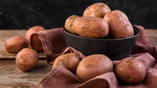 Arranjo de batatas na mesa de madeira