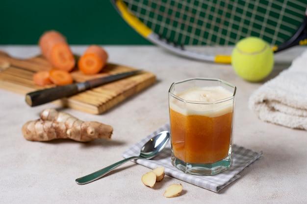 Arranjo de bebida e cenoura de alto ângulo