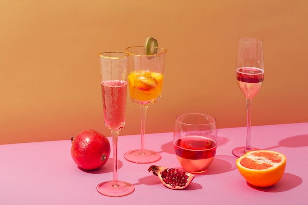 Arranjo de bebidas e frutas