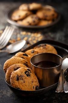 Arranjo de biscoitos de chocolate de alto ângulo