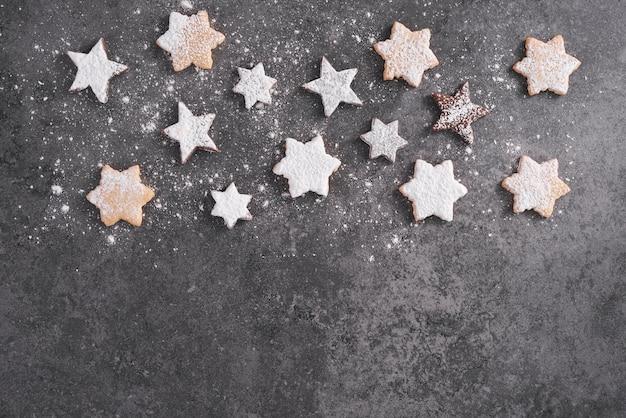 Arranjo de biscoitos de gengibre em forma de estrela