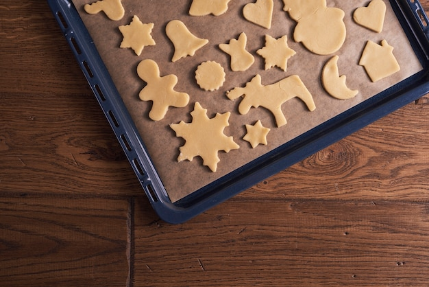 Arranjo de biscoitos de gengibre na assadeira