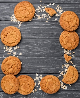 Arranjo de biscoitos e grãos com espaço para texto