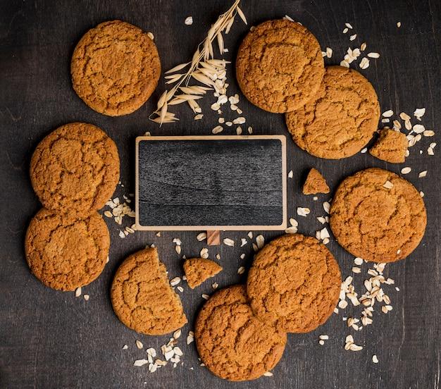 Arranjo de biscoitos e lousa vazia