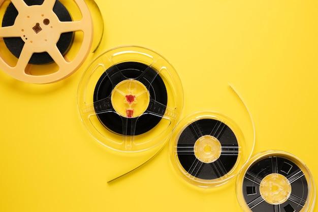 Arranjo de bobinas de filme em fundo amarelo