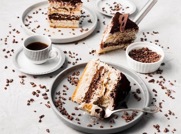 Arranjo de bolo de chocolate alto ângulo