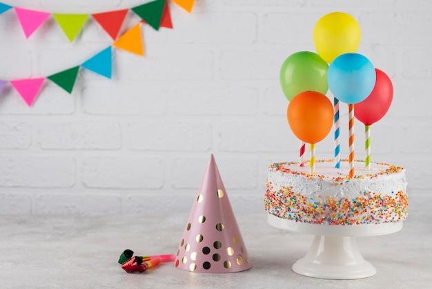 Arranjo de bolo e balões coloridos