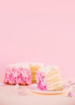 Arranjo de bolo rosa com rosas