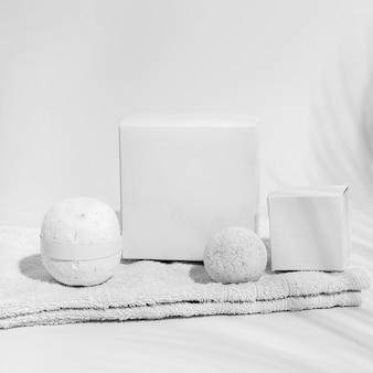 Arranjo de bombas de banho brancas